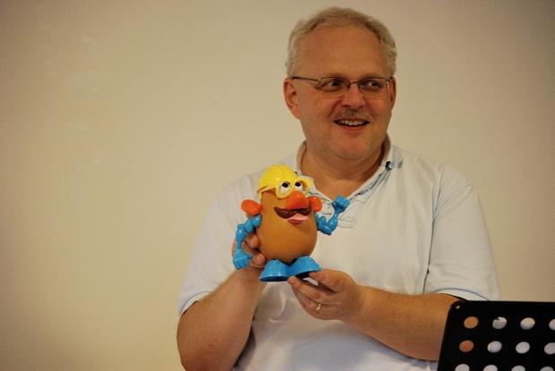 Larry a kegyelmi ajándékokat Krumplifej úr segítségével mutatta be