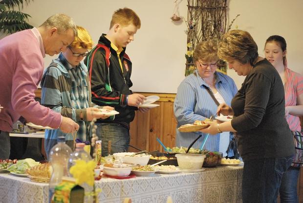 Húsvéti ebéd, vendégekkel