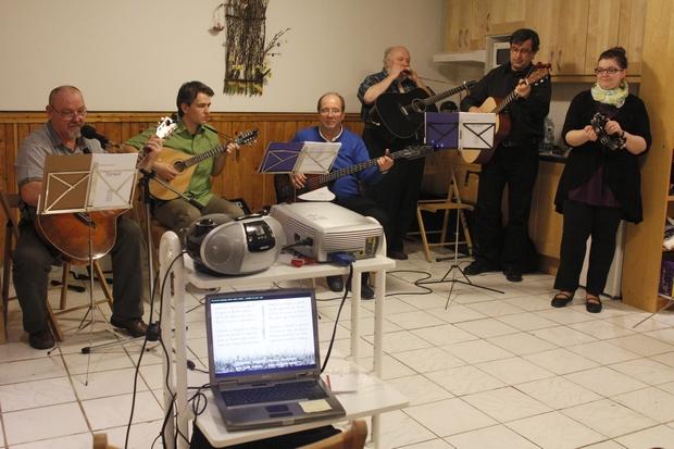 Zenés tavaszköszöntés a Közhelyben a SzeRBuSz Zenekarral