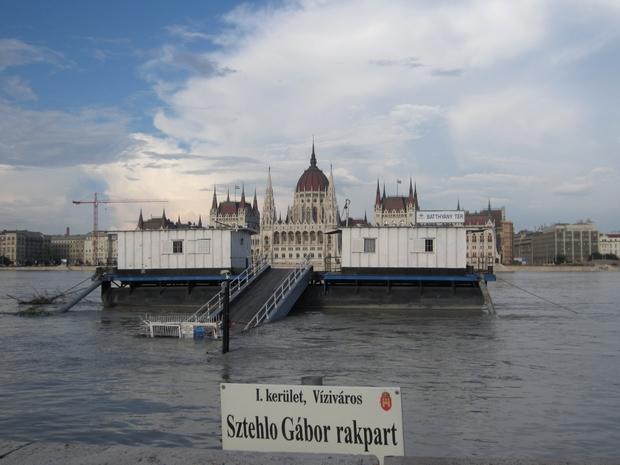 A budai oldalon található Batthyány tér és Lánchíd közötti partszakasz a Sztehlo Gábor rakpart nevet kapta.
