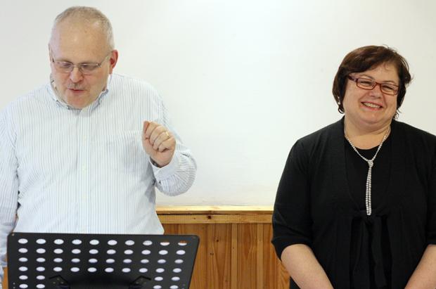 Öröm és vidámság nem ugyanaz - tanította Larry, Júlia pedig tolmácsolt.