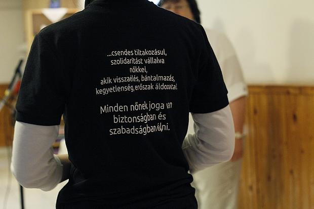 Az Egyházak Világtanácsa általi szöveg szerepel a pólón