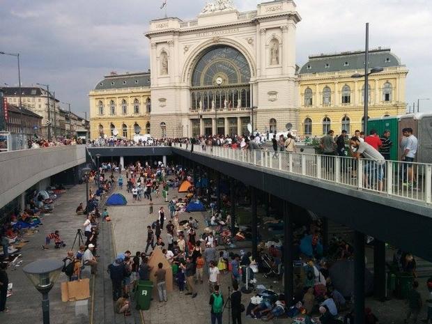A menekültek legnagyobb csoportja a Keleti Pályaudvarnál szeptember elején. Kisebb csoportok a Nyugati és a Déli pályaudvarnál gyűltek össze.